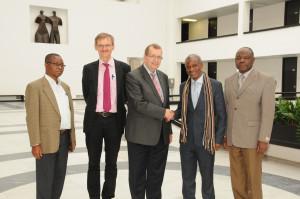 Besuch aus dem Kongo – zum Austausch trafen sich (v.l.) Paul Kyungu Shimbi, Gerhard Bringmann, Alfred Forchel, Gilbert Kishiba Fitula und César Nkuku Khonde. (Foto: Gunnar Bartsch)